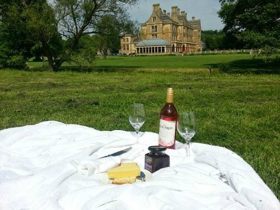 Mercure Warwickshire Walton Hall Hotel & Spa: Perfect grounds for a picnic.