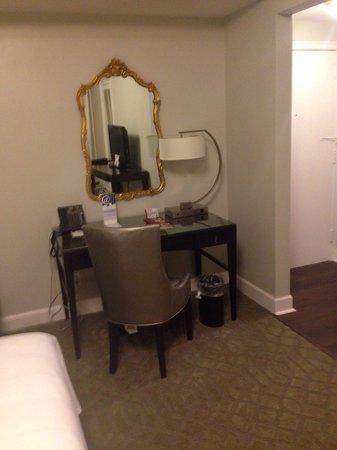 Washington Marriott Wardman Park Hotel: Wardman Tower renovated rooms - desk area