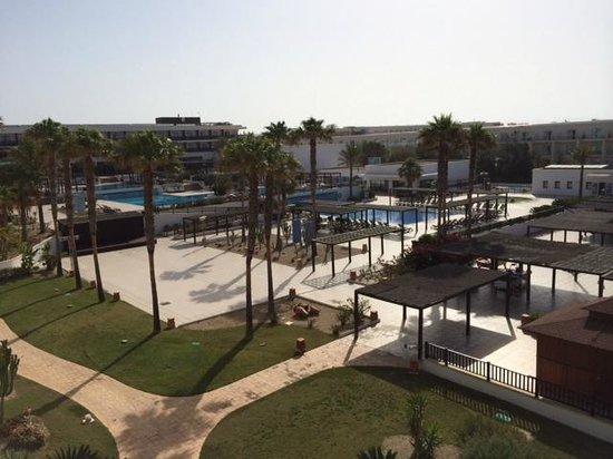 Barcelo Cabo de Gata: Vista del jardín y piscinas desde la habitación