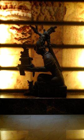 Mayan Palace Nuevo Vallarta: beautiful mayan statues in the resort