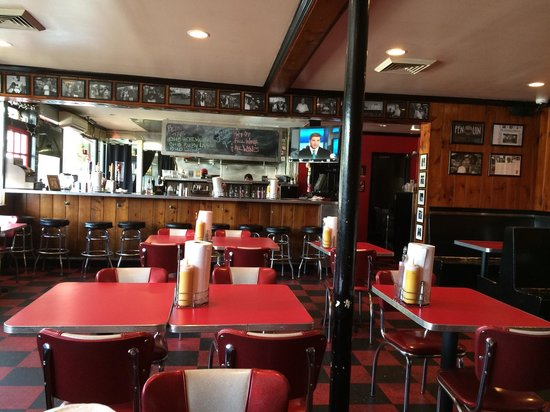 Penguin Drive-In : Interior and bar area