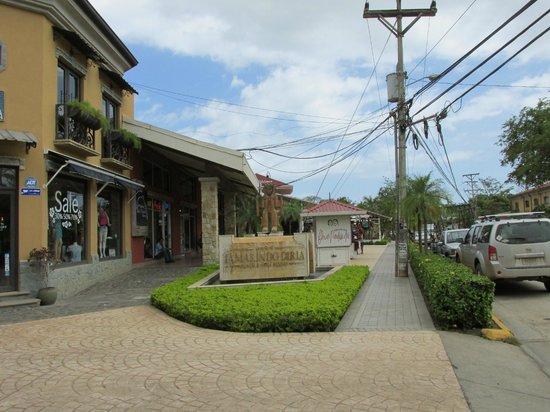 Hotel Tamarindo Diria : Local street