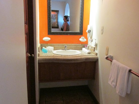 Hotel Tamarindo Diria: Sink area (shower and toilet to the left behind door)