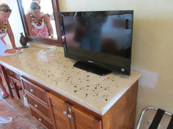 Hotel Tamarindo Diria : Modern TV, loved the counter tops