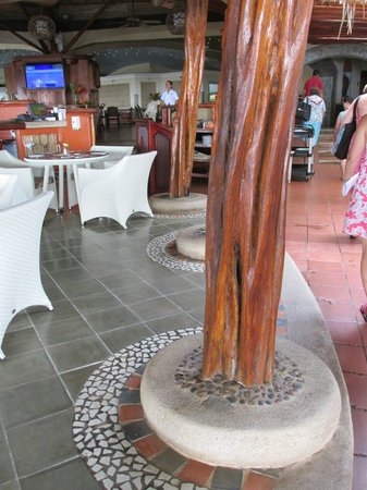 Hotel Tamarindo Diria: Dining area, loved the wood and stone work