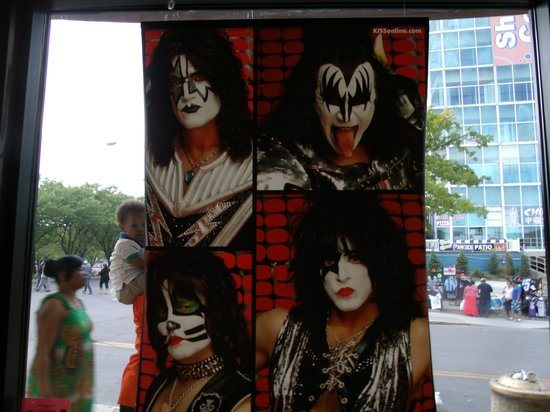 Hard Rock Cafe : Kiss..still the gods of thunder
