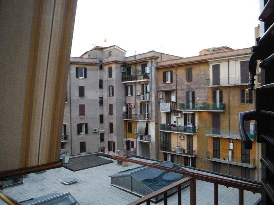Rome ApartHotel : Vista Balcón interno