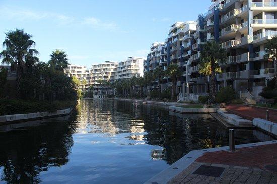 V & A Marina Waterfront Accommodation: Canal navegável dentro do condomínio