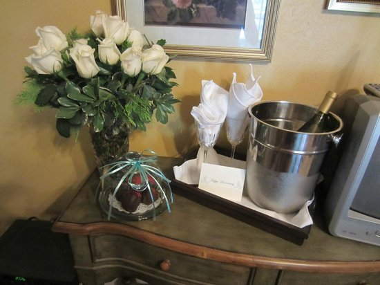 Granbury Gardens Bed And Breakfast: My husband surprised me with the romance package