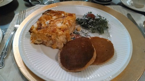 Granbury Gardens Bed And Breakfast: Quiche with sweet potato-orange pancakes