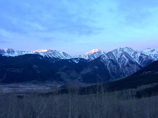 The Twin Lakes Inn: Sunrise on the hike up to Mt Elbert