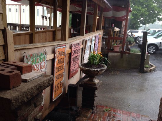 Woodyard Bar-B-Que: Good meal on a rainy day...