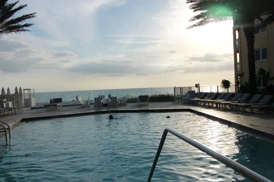 Edgewater Beach Hotel: Pool view