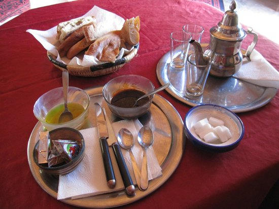 La Vallée des Dunes: 朝ごはんに、ミントティーとパンをオリーブオイルとチーズで