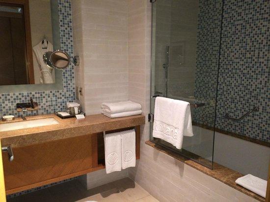Swissotel Al Ghurair Hotel: Modern bathroom