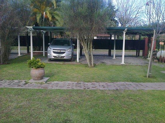 Las Moraditas Apart hotel - Cabanas: estacionamiento individual con pergola+ 1/2 sombra