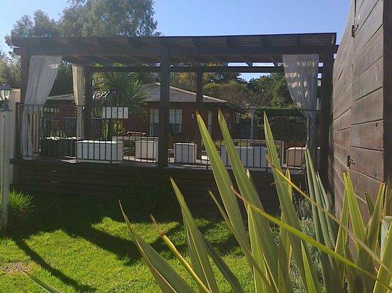 Las Moraditas Apart hotel - Cabanas: relajante deck con vista al parque y a la pisina