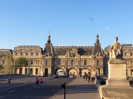 Open Tour Paris : Louvre facing the Seine River