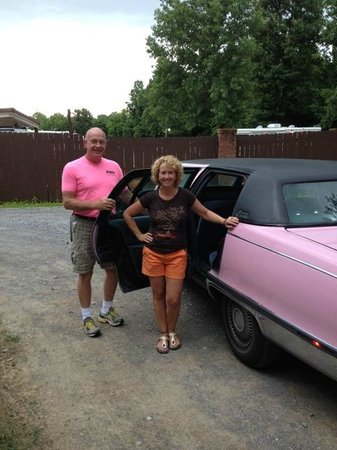 Marlowes Ribs and Restaurant: Get to ride a Pink Cadillac on the way to Marlowes!!!