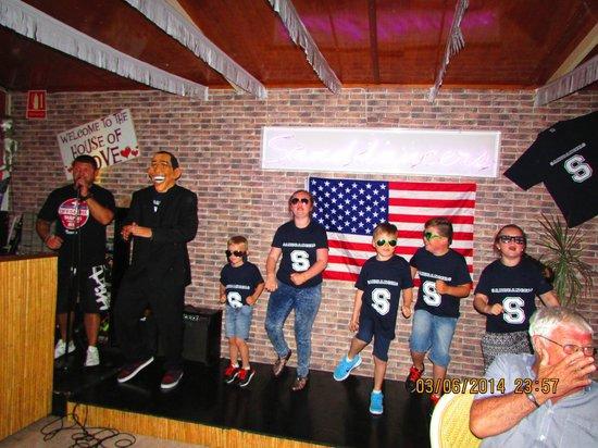Sanddancers: Obama dancing with the kids