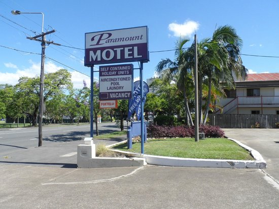 Paramount Motel and Serviced Apartments: Motel entrance