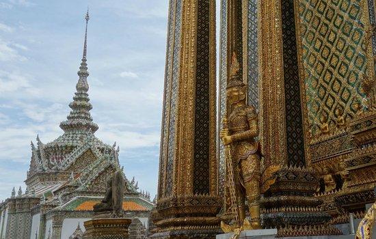 Temple of the Emerald Buddha (Wat Phra Kaew): 装飾が繊細で美しい