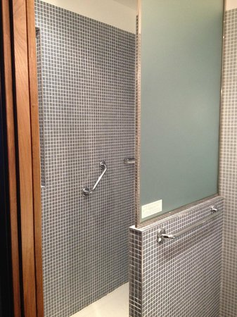 Hôtel Louison : clean, modern shower