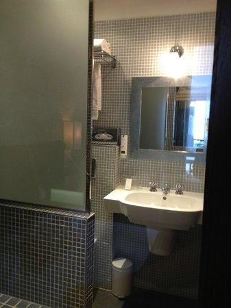 Louison Hotel: clean, modern bathroom