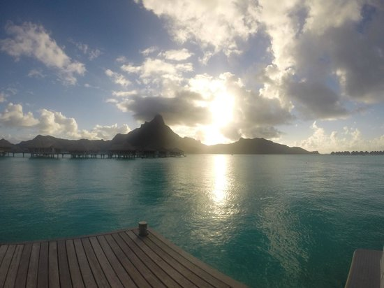 InterContinental Bora Bora Resort & Thalasso Spa: Pôr-do-sol na praia do hotel (monte Otemanu)