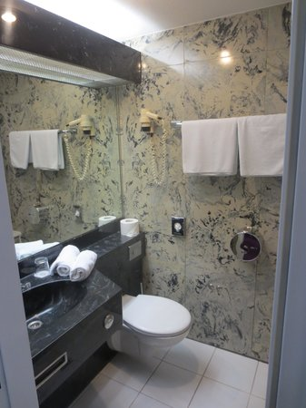 Hotel Zentrum: Bathroom