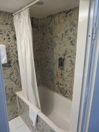 Hotel Zentrum: Shower