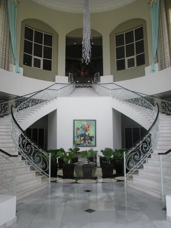 Iberostar Grand Hotel Rose Hall: Stairs to Pool from Lobby