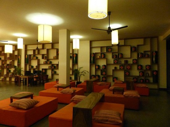 TeaHouse: Lobby waiting area, good place to meet up with someone.