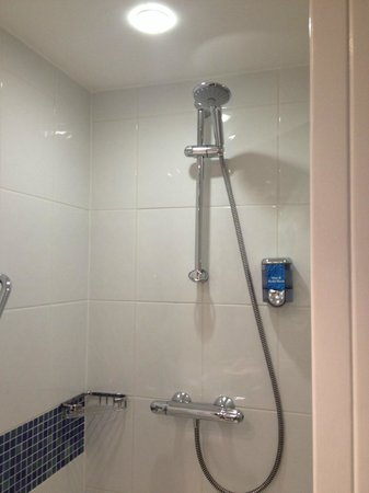 Holiday Inn Express Lincoln City Centre: Shower