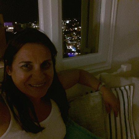 Blue Dolphins Traditional Apartments: vista nocturna de la ciudad desde la habitacion