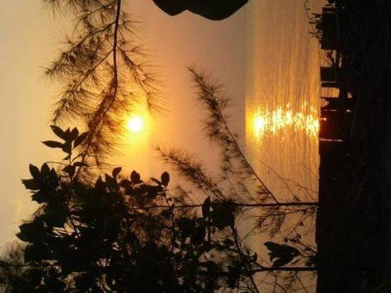 Thatch Caye, a Muy'Ono Resort : Beautiful sunset !
