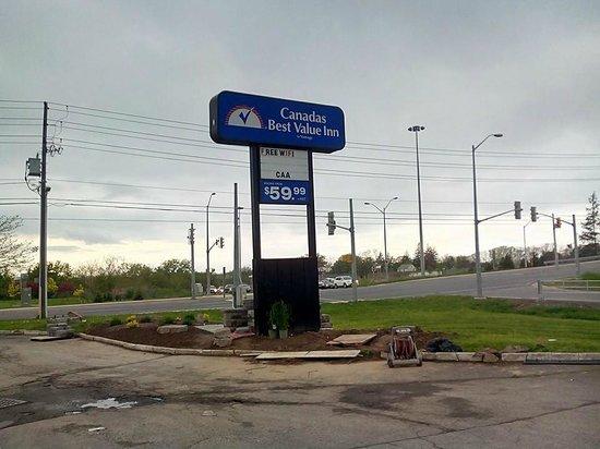 Canadas Best Value Inn - St. Catharines: Het bord dat je als eerste ziet als je van de QEW af komt.