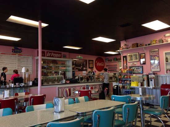 Holly Hop Ice Cream Shoppe: Monday night in June at Holly Hop!! Nice to see a 50's diner without Elvis everywhere.