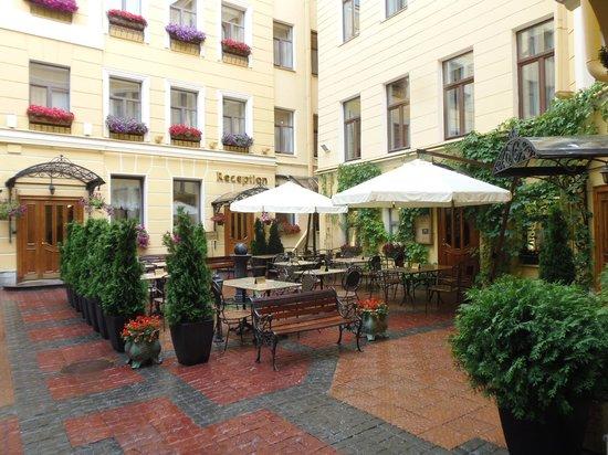 Helvetia Deluxe Hotel: Binnentuin
