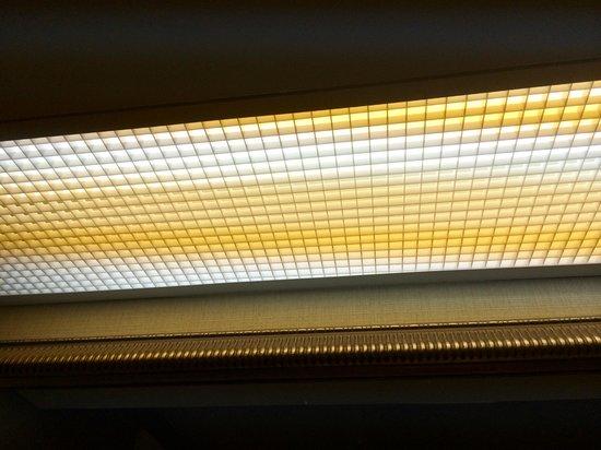 Homewood Suites Williamsburg: fluorescent light over vanity