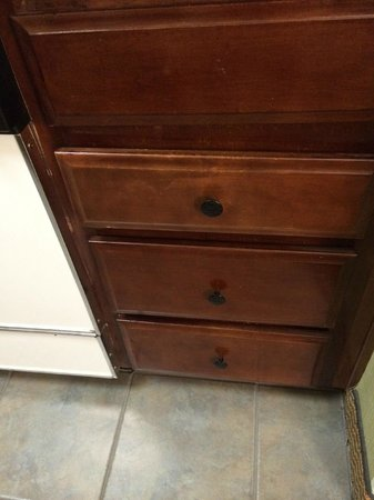 Homewood Suites Williamsburg : drawers that do not close