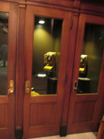 The Read House Historic Inn And Suites: cool old phone booths in lobby