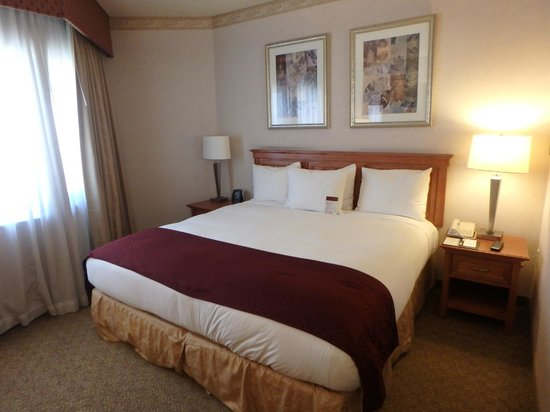 DoubleTree Suites by Hilton Hotel Phoenix: Bed