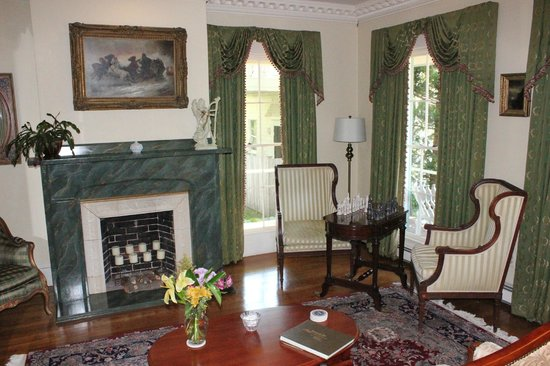 Captain Farris House Bed & Breakfast: Sitting Room