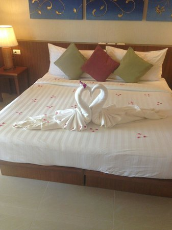 Khaolak Orchid Beach Resort: Bed art