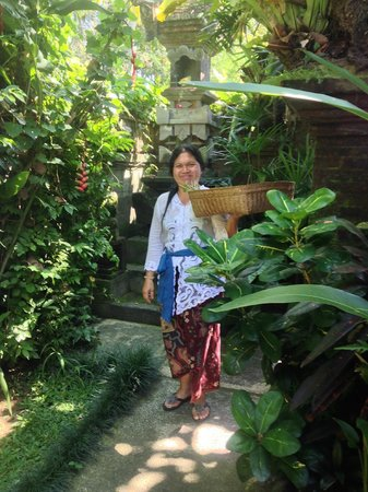 Sri Sunari Guest House : Nyoman's lovely wife Putu placing offerings