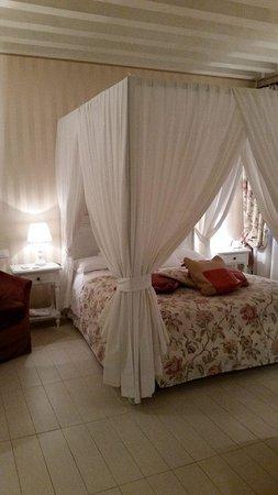 Hotel Antiche Figure: Romantic Canopy Bed