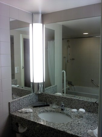 Radisson Blu Hotel, Manchester Airport : bathroom area