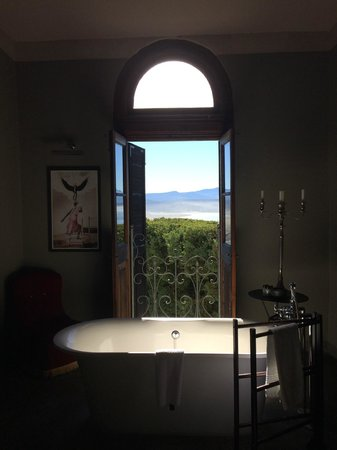 Grand Africa Cafe & Rooms: View from Tub