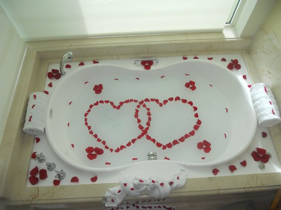 Iberostar Grand Hotel Bavaro : Our butler prepared our jacuzzi on our anniversary day